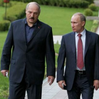 Russian Prime Minister Vladimir Putin (R) speaks on May 19, 2011 with Belarussian President Alexander Lukashenko at a presidential residence outside Minsk. Russia said on May 19 its cash-strapped neighbor Belarus would  have to wait at least until next month before it received a bailout loan to help fill its cash-starved state coffers.  AFP PHOTO/ RIA-NOVOSTI/ ALEXEI NIKOLSKY