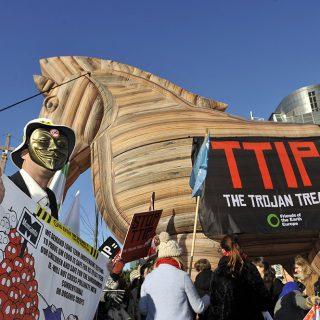 Решение Бельгии заблокировать ратификацию договора о свободной торговле между ЕС и Канадой (CETA) затормозило процесс переговоров по Трансатлантическому соглашению о партнерстве в области торговли и инвестиций (TTIP) с США.