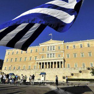 Парламент Греции проголосовал за законопроект, принятие которого необходимо для разблокирования Еврогруппой транша кредита в 2,8 миллиарда евро.