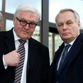 От Петра Порошенко требуют выполнения Минских соглашений.