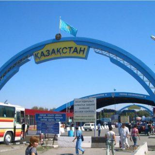 Казахстан перекрыл автомобильные трассы