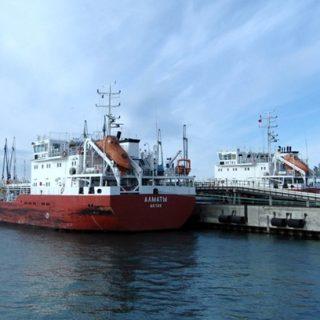 Выгрузка нефти в порту