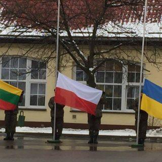 Киев «наводит мосты» с государствами, разделяющими идеологию «осажденной крепости, ожидающей российскую агрессию» — Польшей и Прибалтикой.