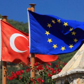 Волна энтузиазма в турецком обществе по поводу вступления в ЕС, достигшая пика примерно в 2005 году, сменилась разочарованием.