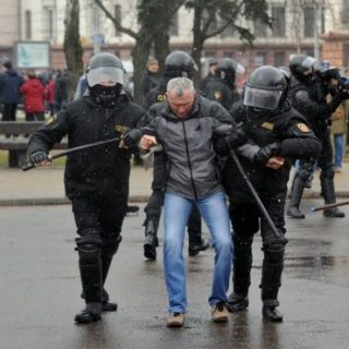 Реакция Запада на разгоны протестов в Белоруссии пока остается сдержанной