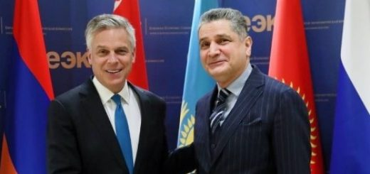 Глава ЕЭК Тигран Саркисян и посол США в РФ Джон Хантсман
